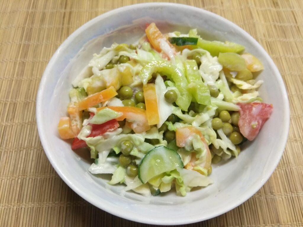 Фото рецепта - Салат из свежих овощей и консервированного горошка - шаг 7