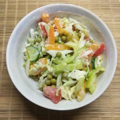 Салат из свежих овощей и консервированного горошка - рецепт с фото