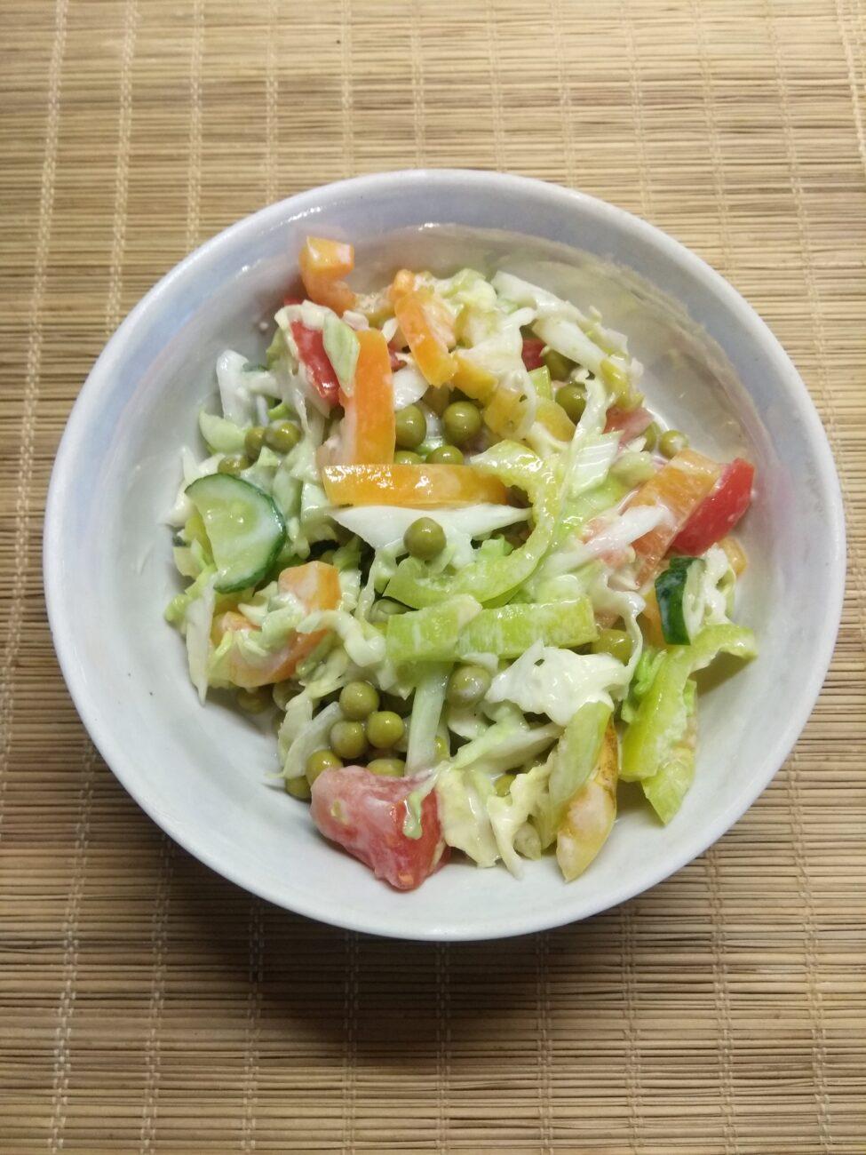 Салат из свежих овощей и консервированного горошка