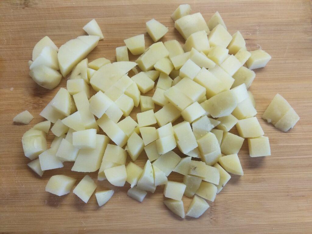 Фото рецепта - Салат с картофелем, салями, яблоком и горошком - шаг 1