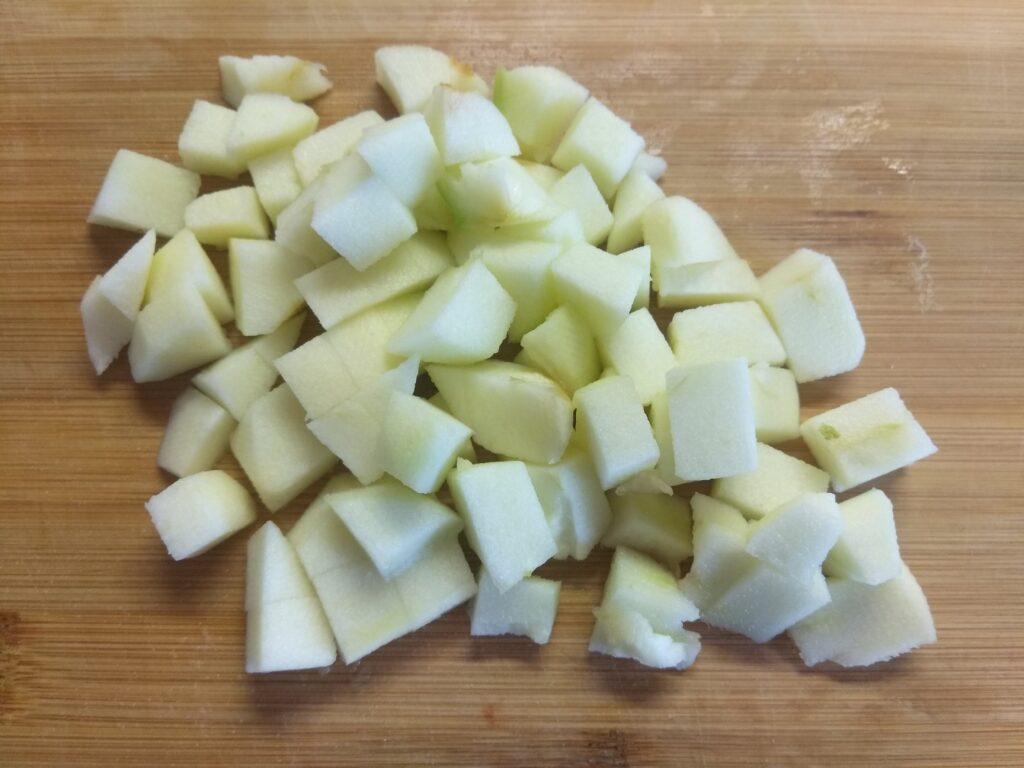 Фото рецепта - Салат с картофелем, салями, яблоком и горошком - шаг 3