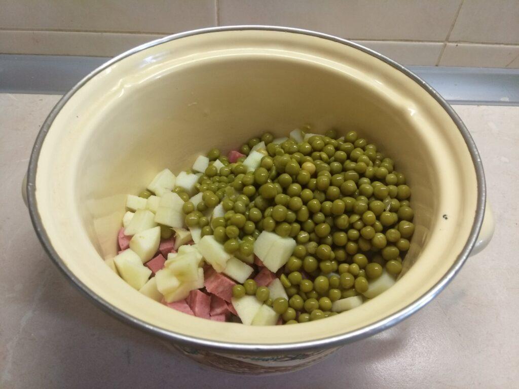 Фото рецепта - Салат с картофелем, салями, яблоком и горошком - шаг 4