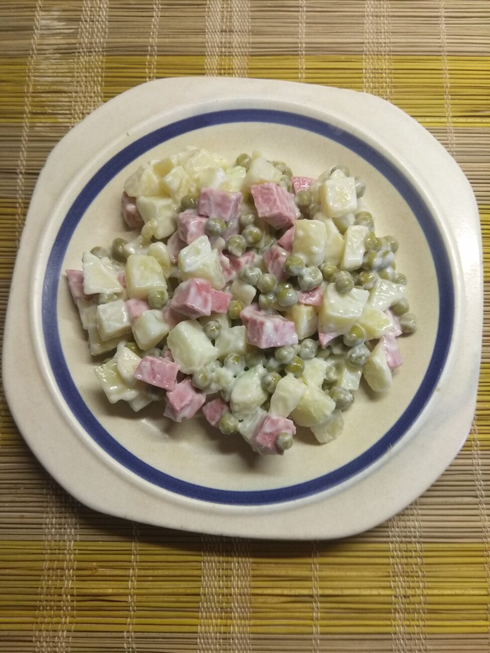 Салат с картофелем, салями, яблоком и горошком