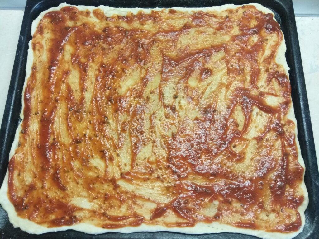 Фото рецепта - Пицца с салями, помидором и болгарским перцем - шаг 1