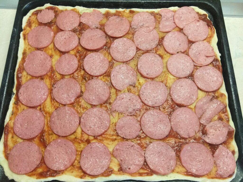Фото рецепта - Пицца с салями, помидором и болгарским перцем - шаг 2
