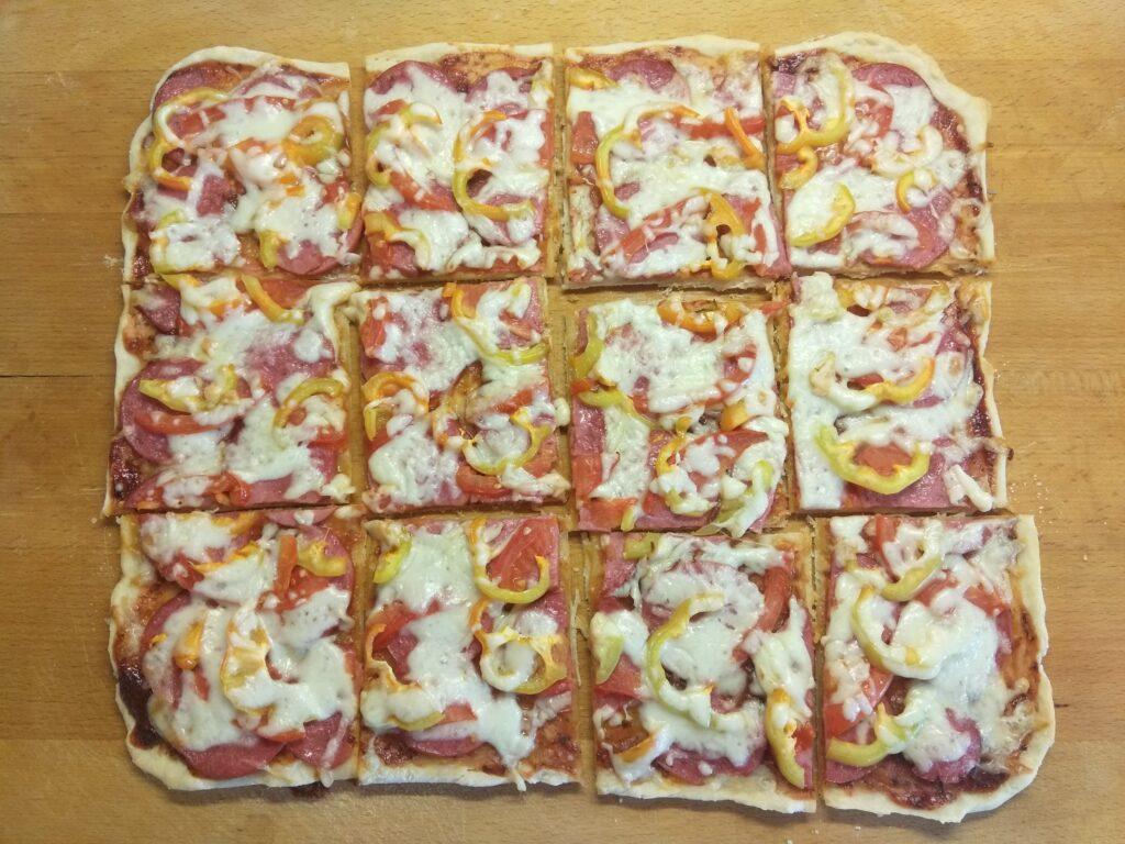Фото рецепта - Пицца с салями, помидором и болгарским перцем - шаг 6