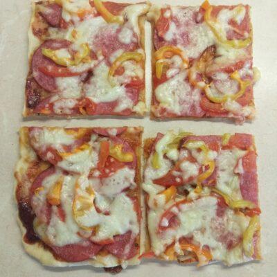 Пицца с салями, помидором и болгарским перцем - рецепт с фото