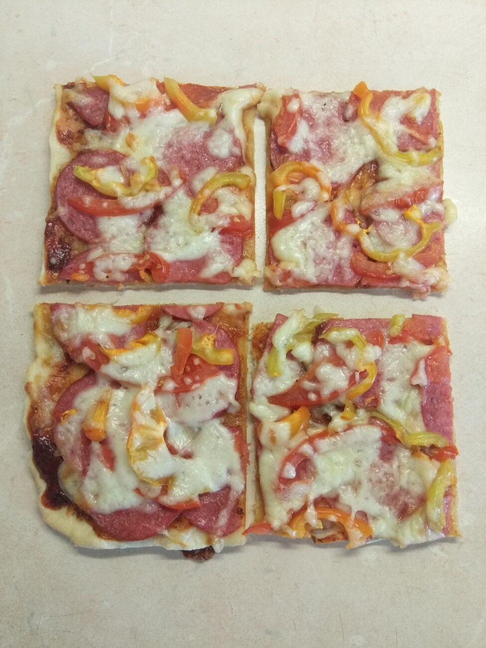 Пицца с салями, помидором и болгарским перцем