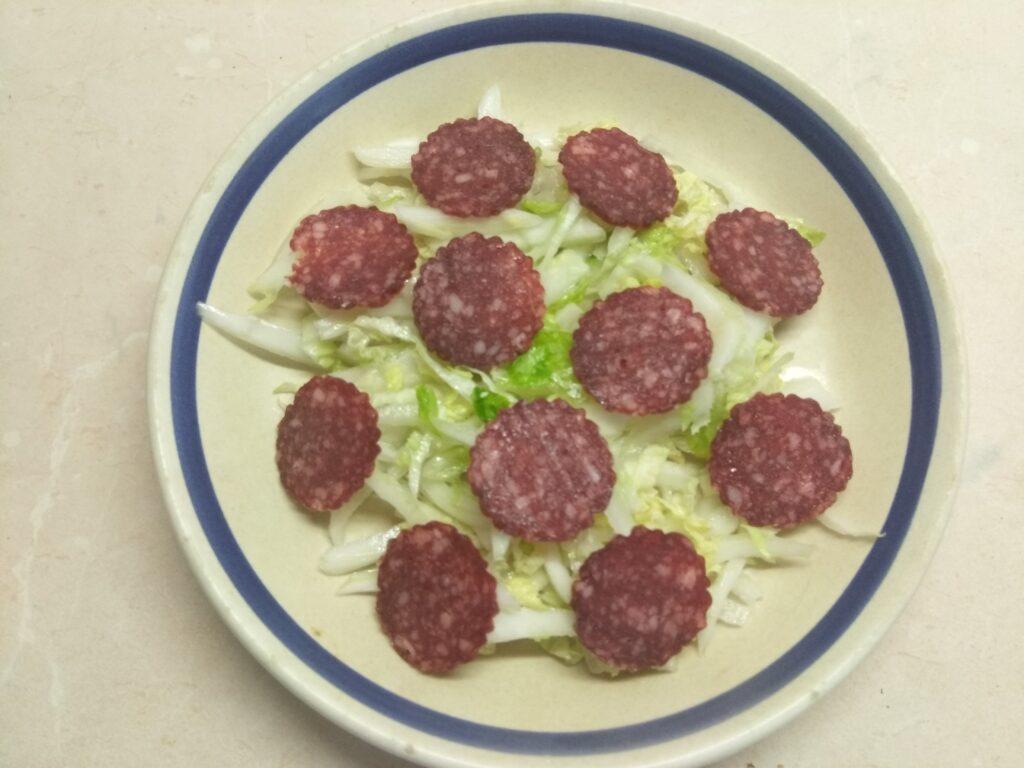 Фото рецепта - Салат с капустой, салями, помидорами и сыром бри - шаг 2