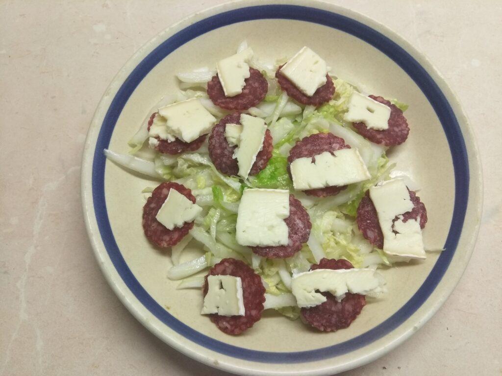 Фото рецепта - Салат с капустой, салями, помидорами и сыром бри - шаг 3