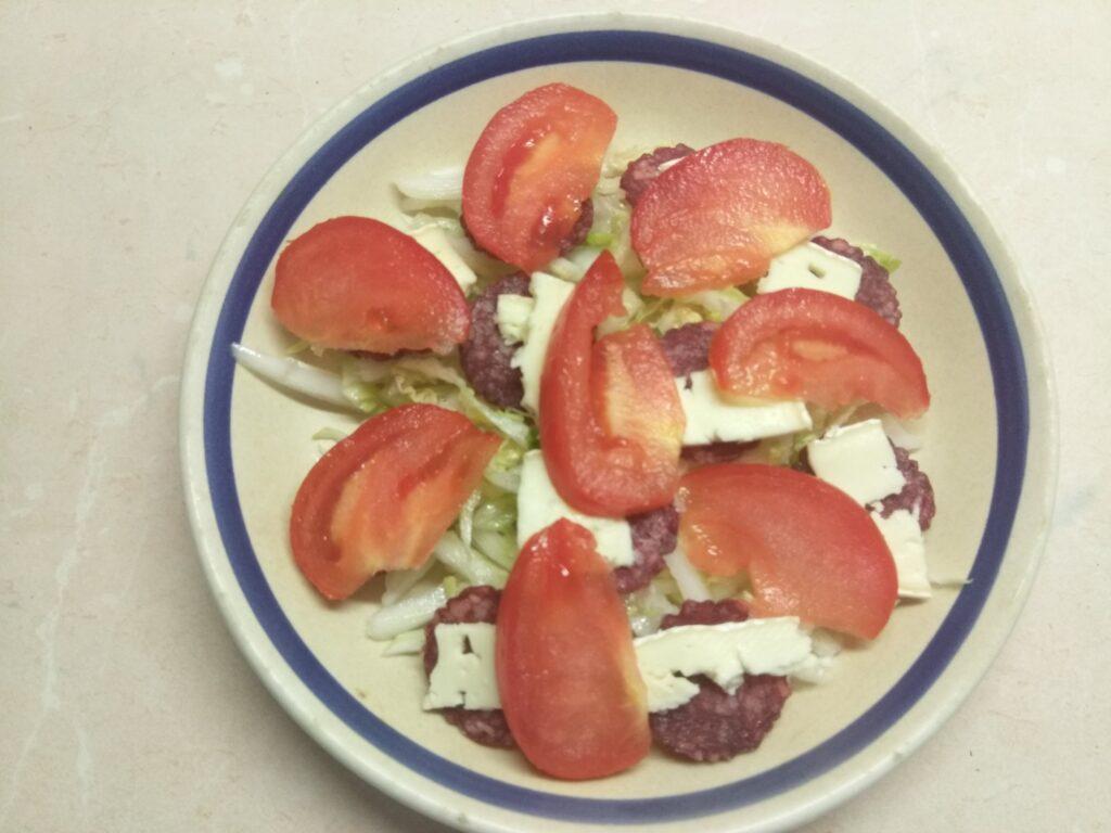 Фото рецепта - Салат с капустой, салями, помидорами и сыром бри - шаг 4