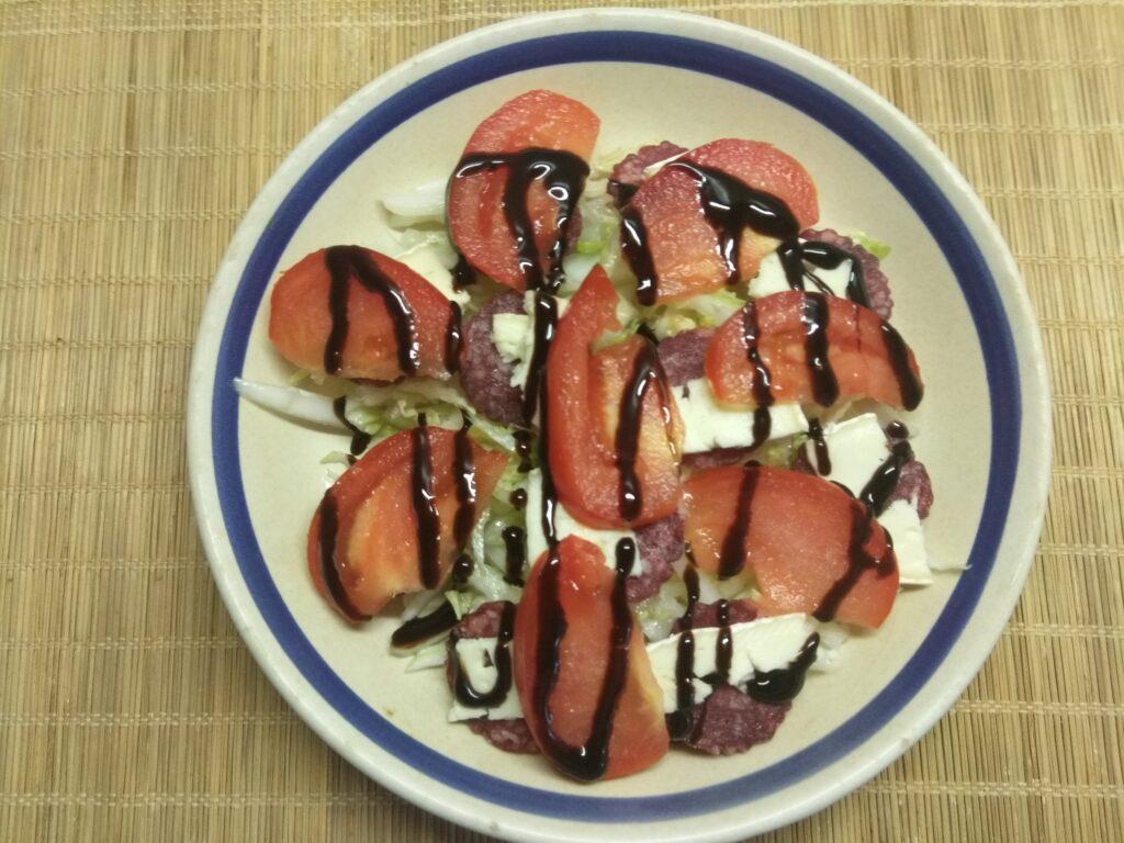 Фото рецепта - Салат с капустой, салями, помидорами и сыром бри - шаг 5