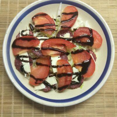 Салат с капустой, салями, помидорами и сыром бри - рецепт с фото