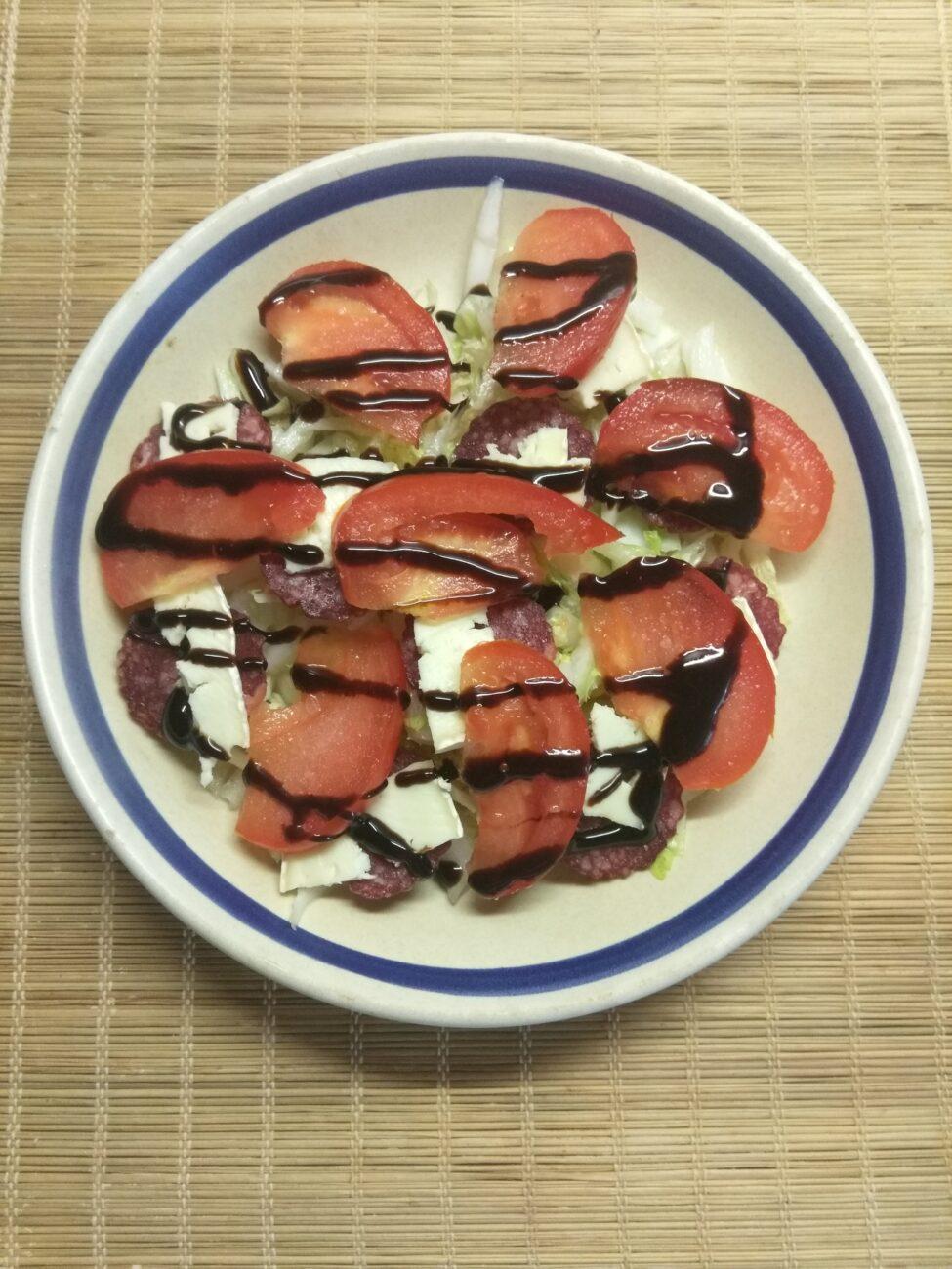 Салат с капустой, салями, помидорами и сыром бри
