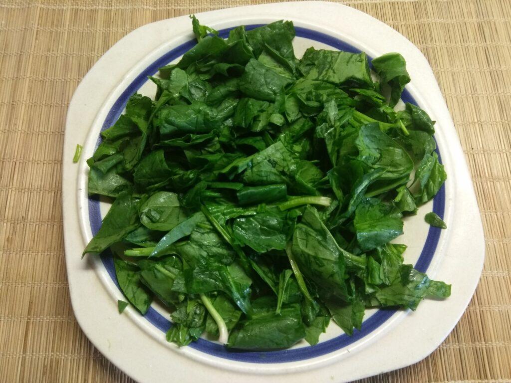 Фото рецепта - Салат со шпинатом, хамоном и грушей - шаг 1