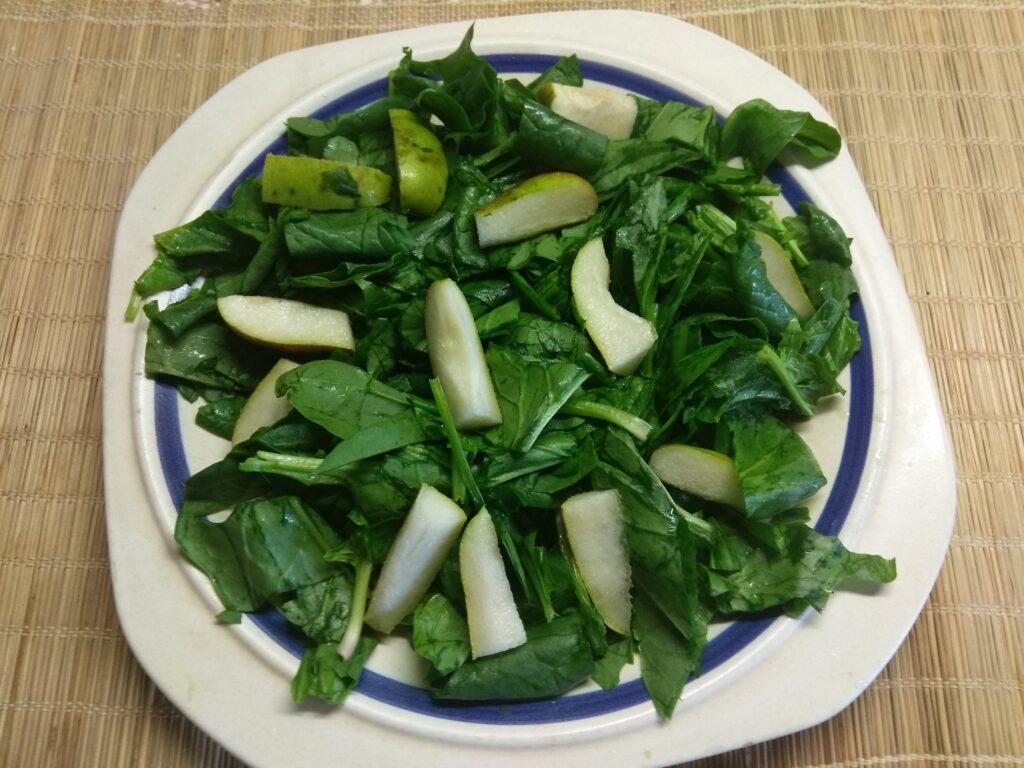 Фото рецепта - Салат со шпинатом, хамоном и грушей - шаг 2
