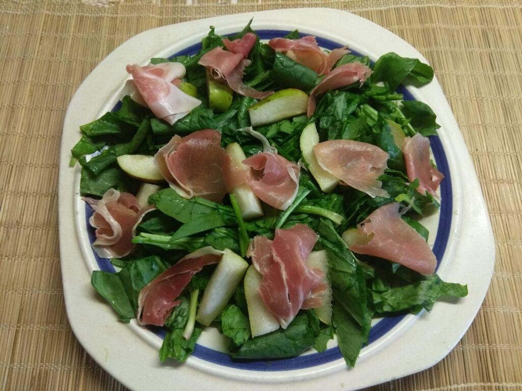 Фото рецепта - Салат со шпинатом, хамоном и грушей - шаг 3