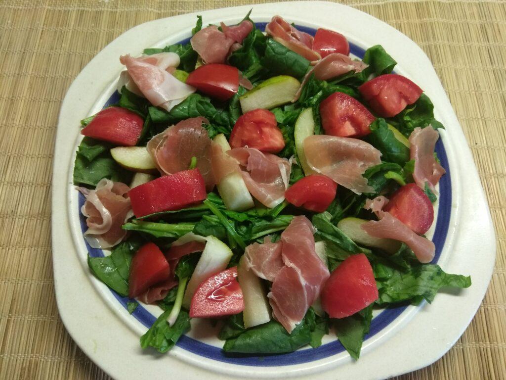 Фото рецепта - Салат со шпинатом, хамоном и грушей - шаг 4