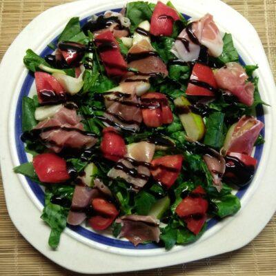 Салат со шпинатом, хамоном и грушей - рецепт с фото