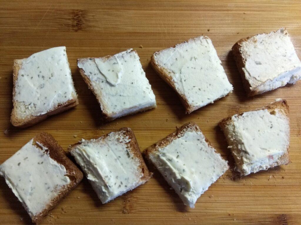 Фото рецепта - Мини-бутерброды с хамоном, огурцами и творожным сыром - шаг 2