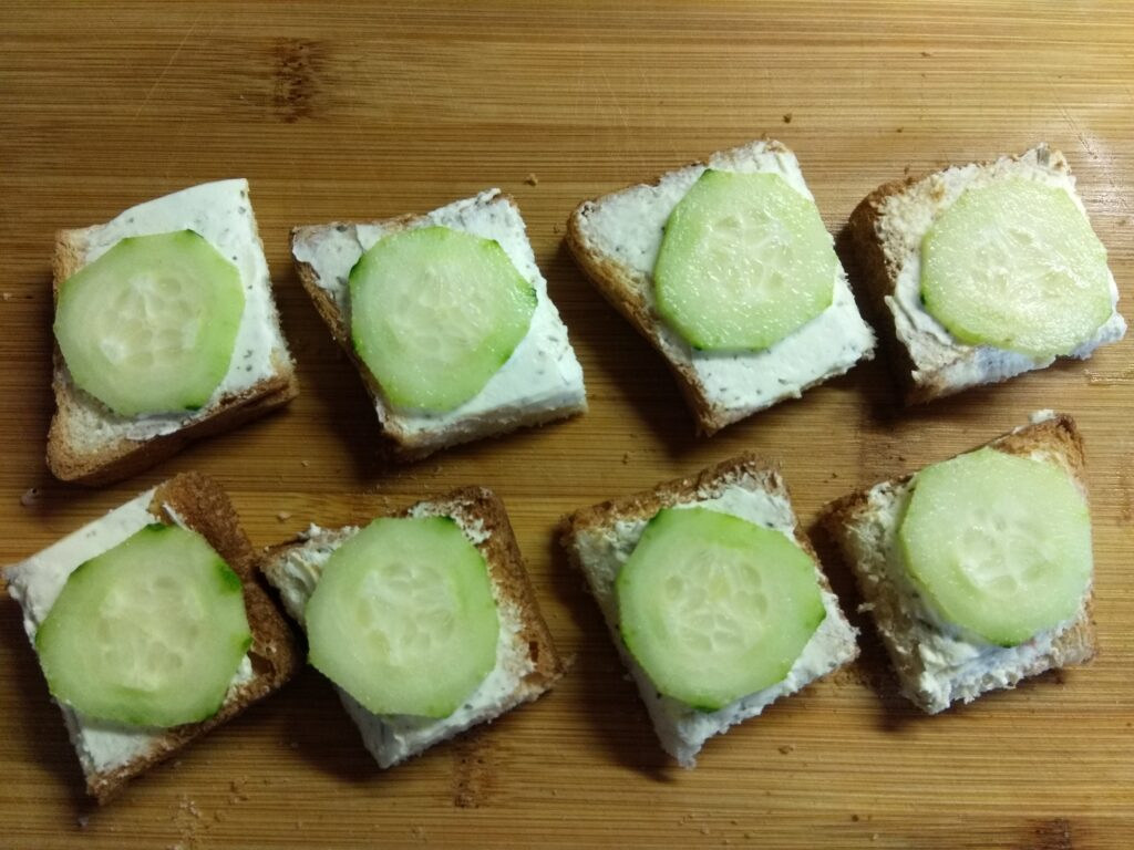 Фото рецепта - Мини-бутерброды с хамоном, огурцами и творожным сыром - шаг 3
