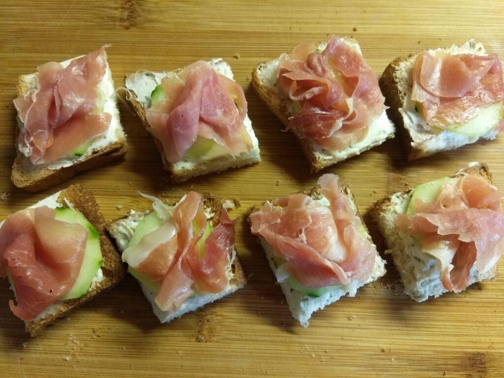 Фото рецепта - Мини-бутерброды с хамоном, огурцами и творожным сыром - шаг 4