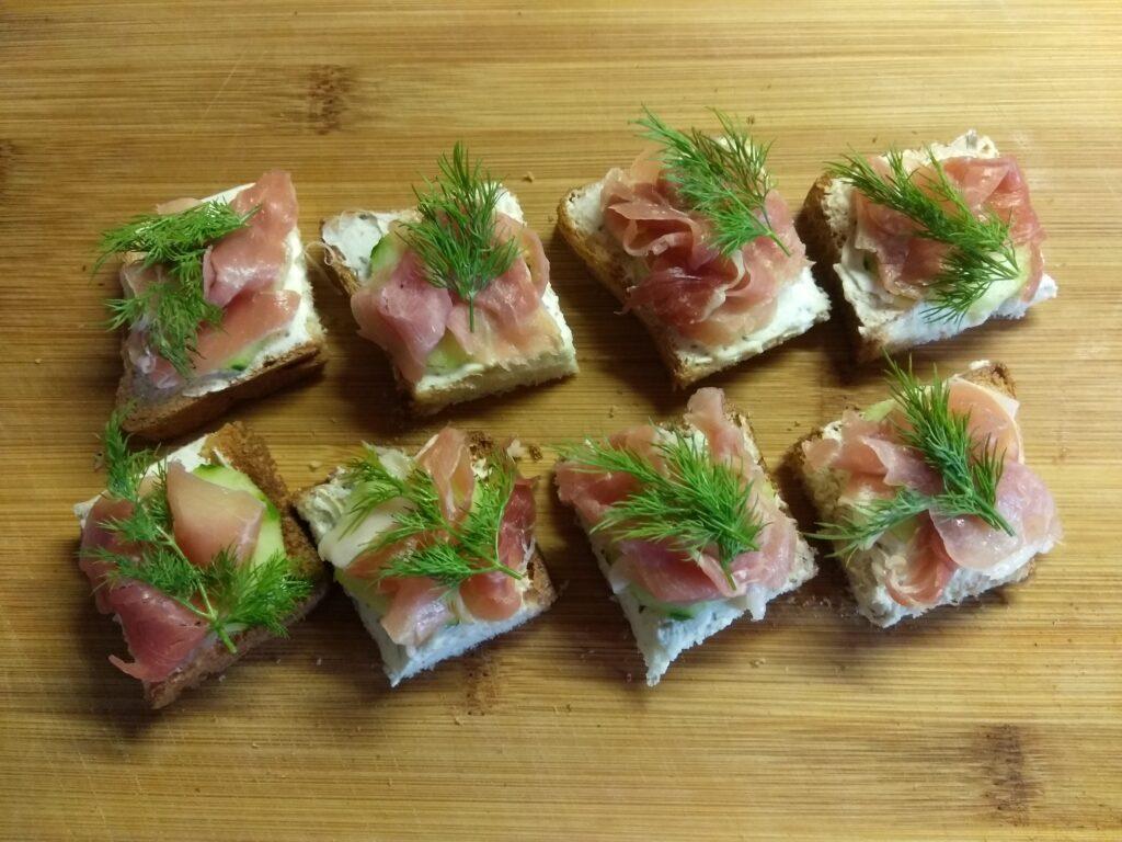 Фото рецепта - Мини-бутерброды с хамоном, огурцами и творожным сыром - шаг 5