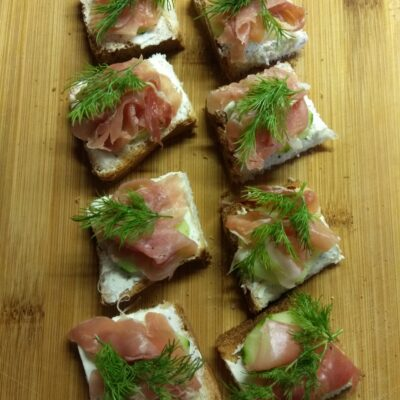 Мини-бутерброды с хамоном, огурцами и творожным сыром - рецепт с фото