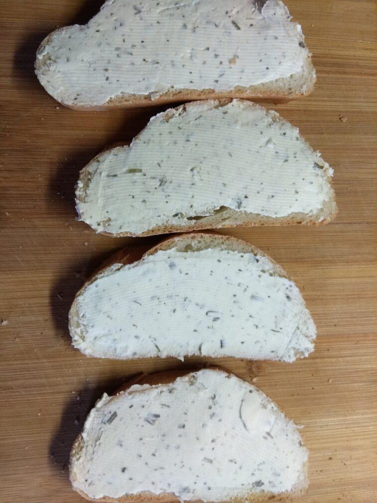 Фото рецепта - Бутерброды с творожным сыром, шпротами и огурцами - шаг 2