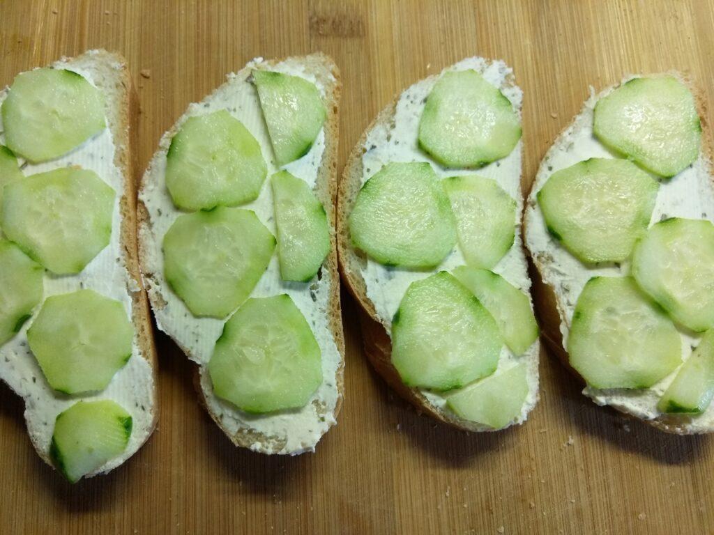 Фото рецепта - Бутерброды с творожным сыром, шпротами и огурцами - шаг 3