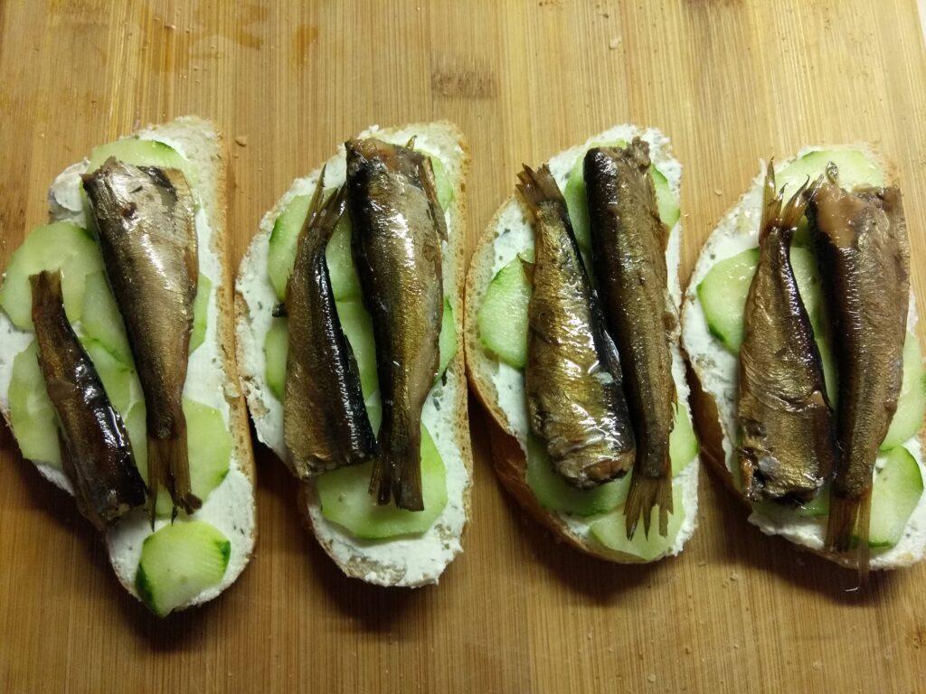 Фото рецепта - Бутерброды с творожным сыром, шпротами и огурцами - шаг 4