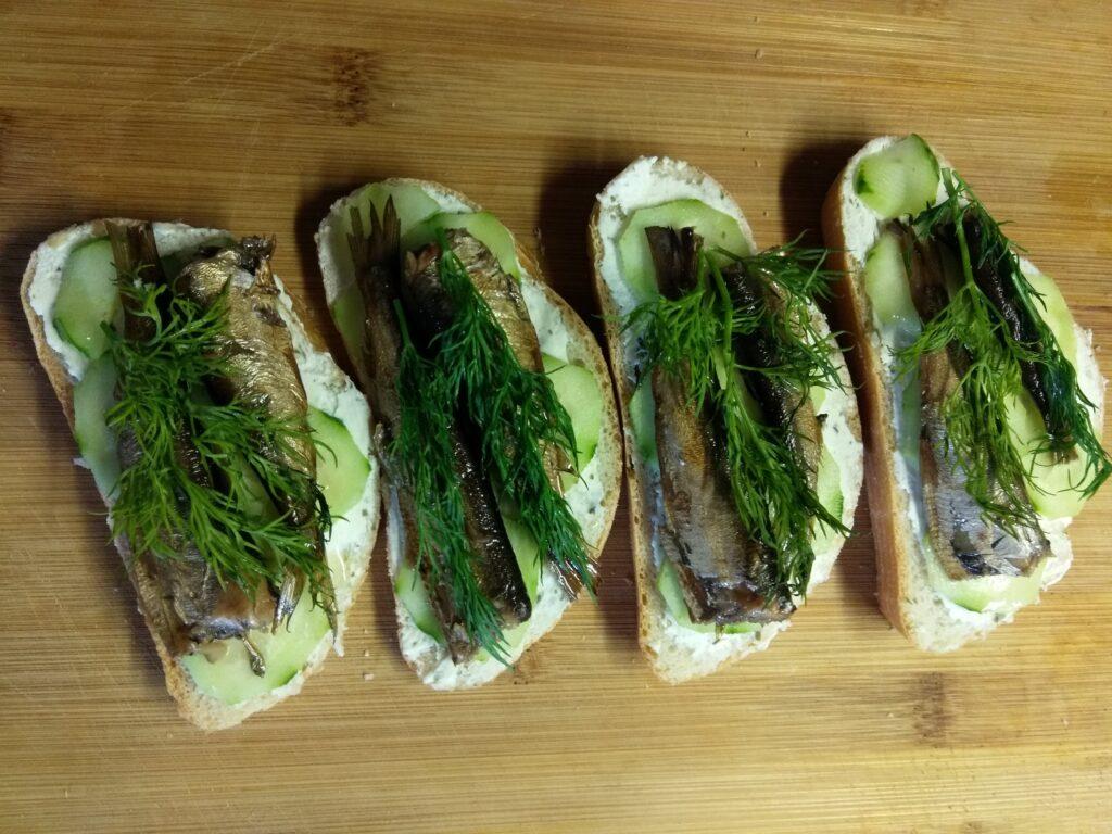 Фото рецепта - Бутерброды с творожным сыром, шпротами и огурцами - шаг 5