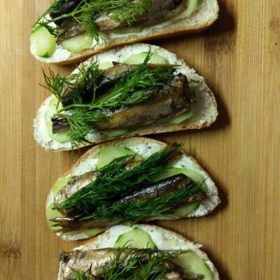 Бутерброды с творожным сыром, шпротами и огурцами - рецепт с фото