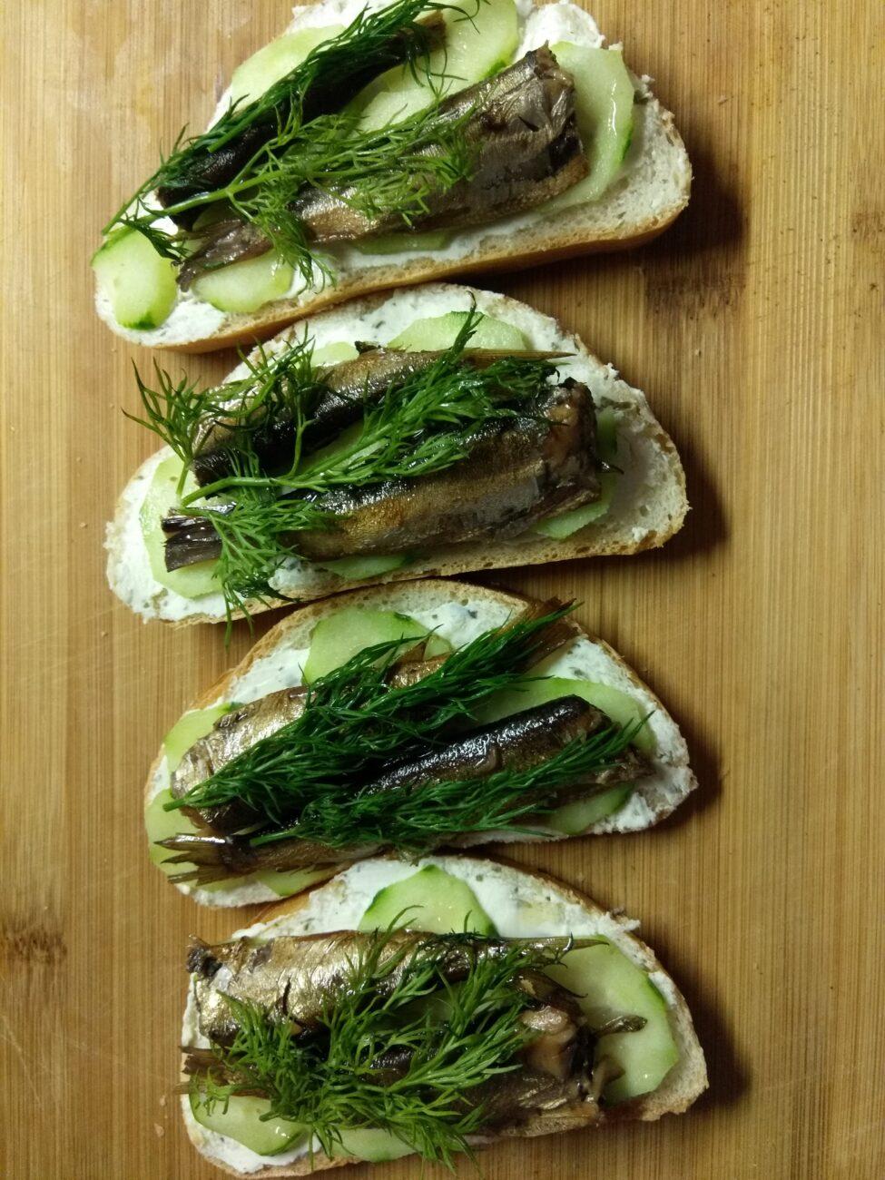 Бутерброды с творожным сыром, шпротами и огурцами