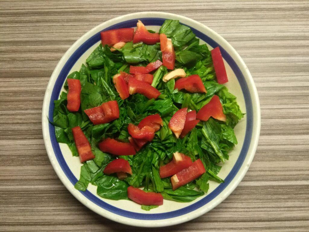 Фото рецепта - Салат со шпинатом, перцем, помидорами и балыком - шаг 2