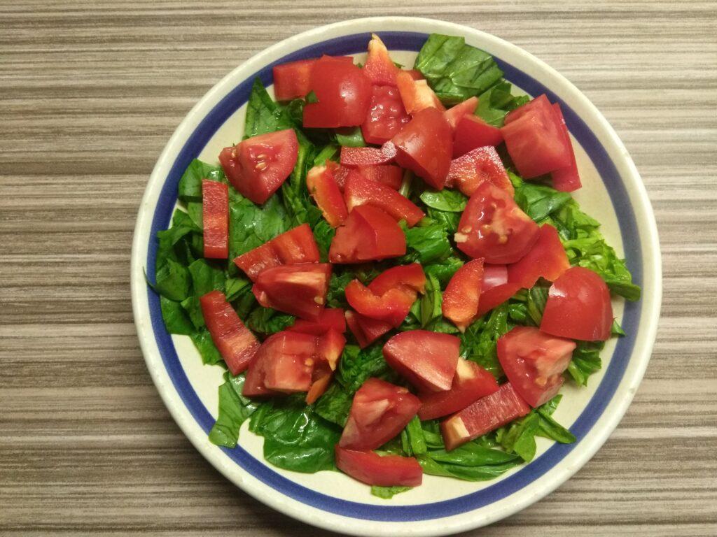 Фото рецепта - Салат со шпинатом, перцем, помидорами и балыком - шаг 3