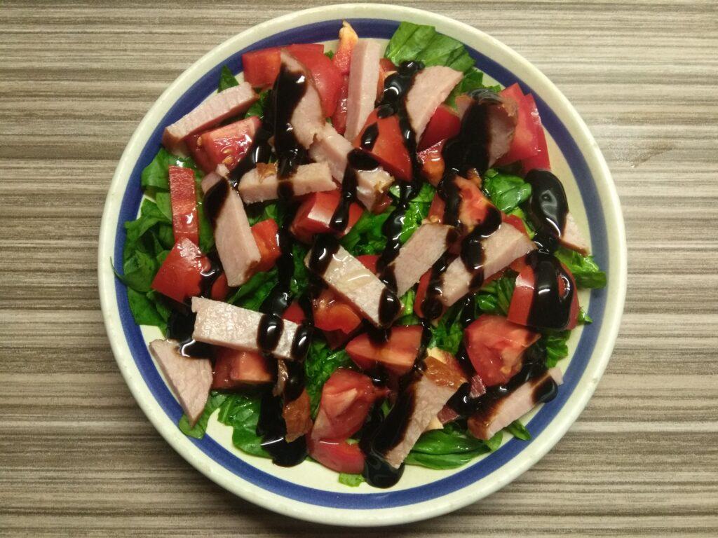 Фото рецепта - Салат со шпинатом, перцем, помидорами и балыком - шаг 5