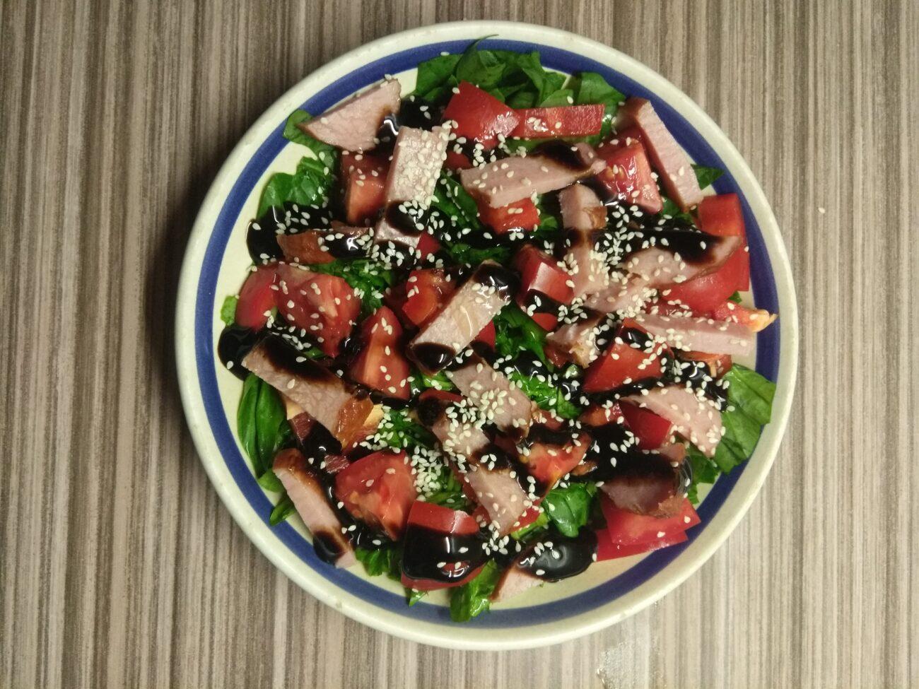 Салат со шпинатом, перцем, помидорами и балыком