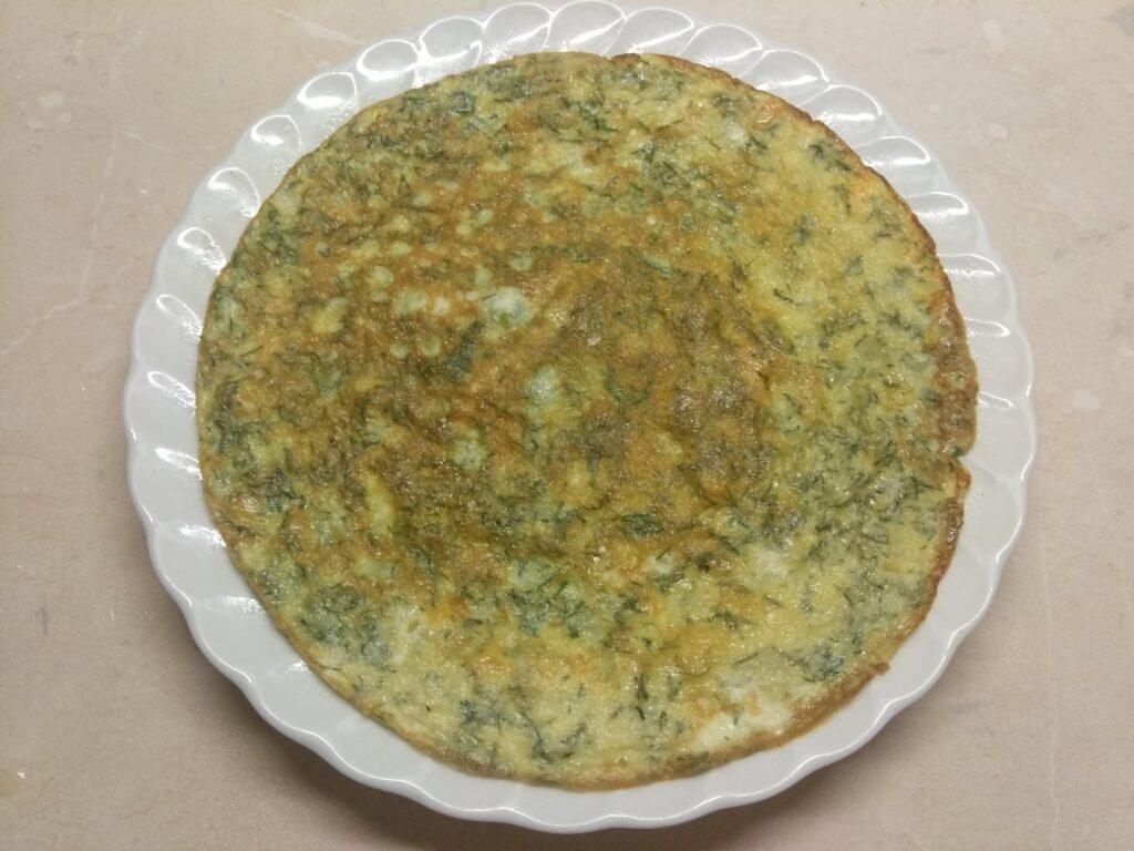 Фото рецепта - Омлет с мягким сыром, шпинатом и колбаской - шаг 2