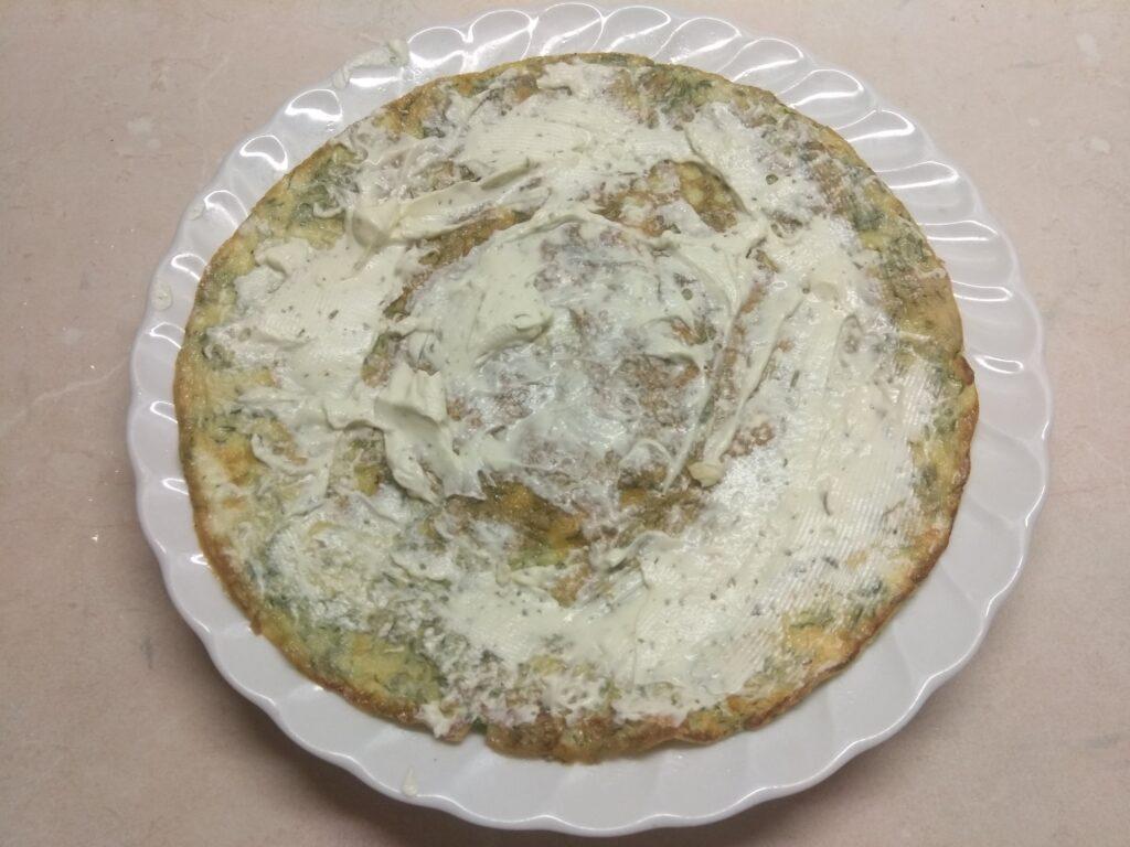 Фото рецепта - Омлет с мягким сыром, шпинатом и колбаской - шаг 3