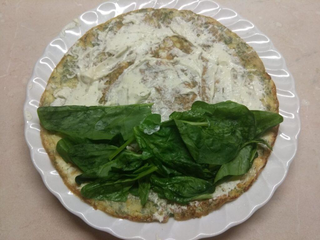 Фото рецепта - Омлет с мягким сыром, шпинатом и колбаской - шаг 4