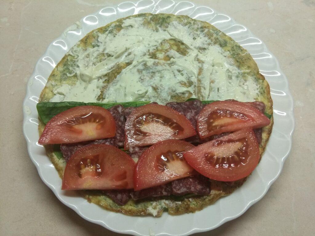 Фото рецепта - Омлет с мягким сыром, шпинатом и колбаской - шаг 6