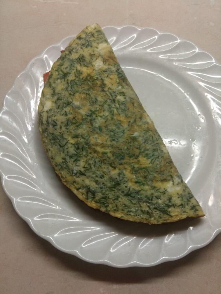 Фото рецепта - Омлет с мягким сыром, шпинатом и колбаской - шаг 7