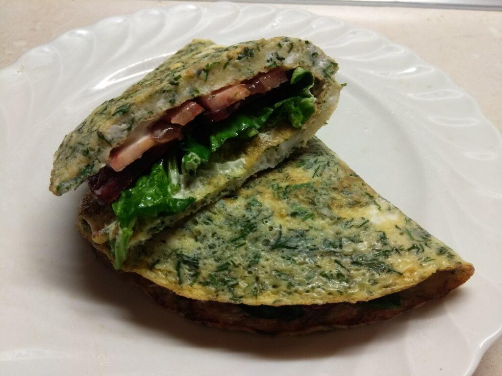 Фото рецепта - Омлет с мягким сыром, шпинатом и колбаской - шаг 8