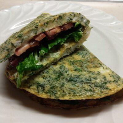 Омлет с мягким сыром, шпинатом и колбаской - рецепт с фото