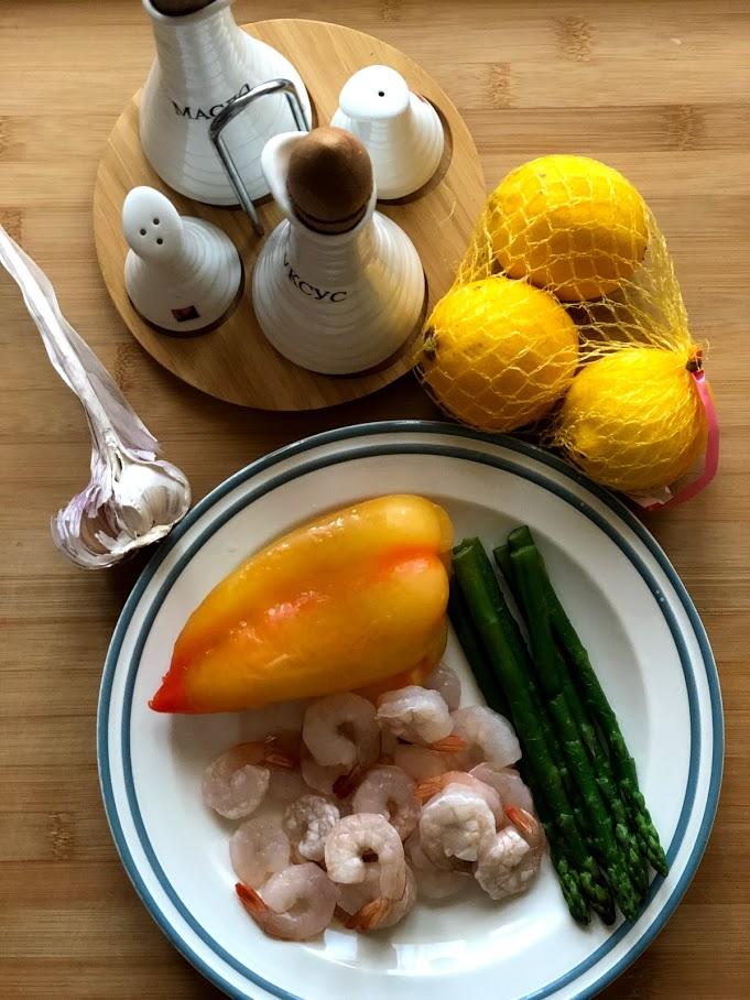 Фото рецепта - Теплый салат с креветками и спаржей - шаг 1