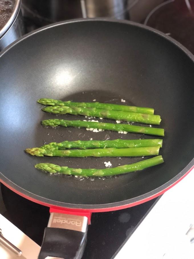 Фото рецепта - Теплый салат с креветками и спаржей - шаг 3