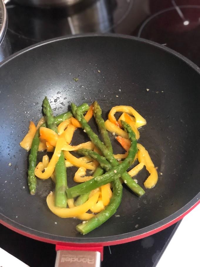 Фото рецепта - Теплый салат с креветками и спаржей - шаг 5