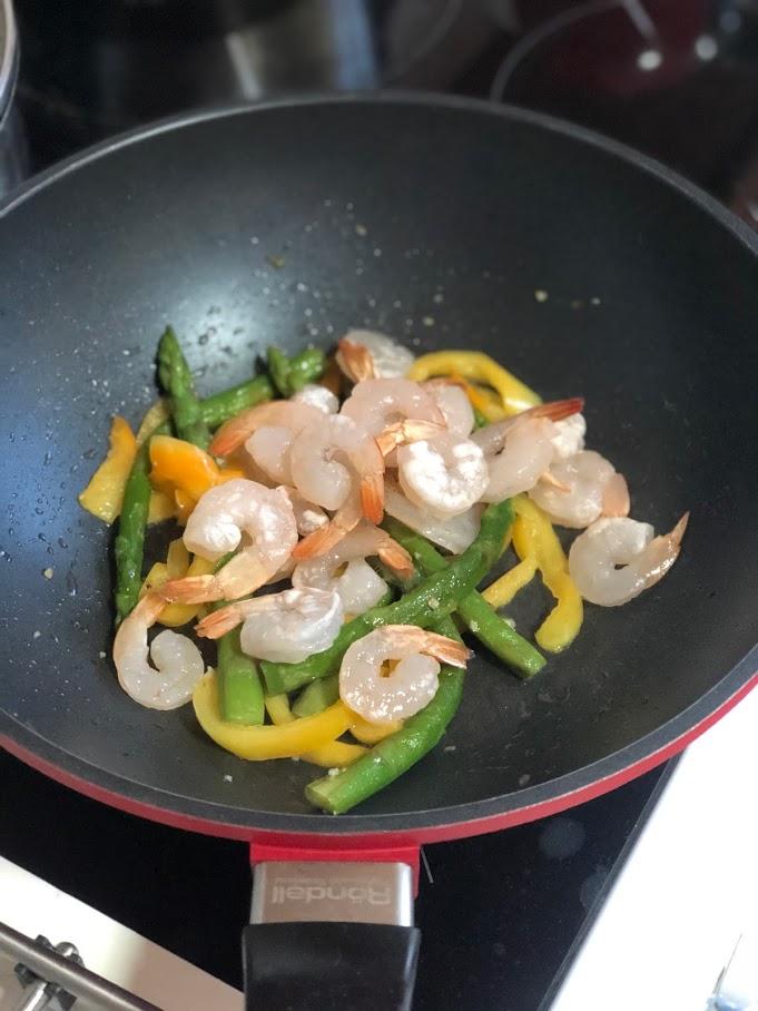 Фото рецепта - Теплый салат с креветками и спаржей - шаг 6