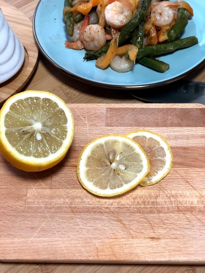 Фото рецепта - Теплый салат с креветками и спаржей - шаг 8